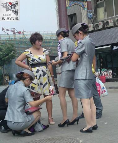空 姐 风 采  北狼原创——银色套裙的 肉 丝 黑皮鞋空姐在大街散发传单(16P) 街拍第一站全网原创独发!