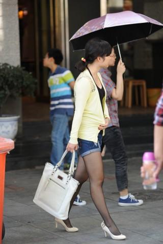 热裤黑丝白高伞下美少妇(10P)
