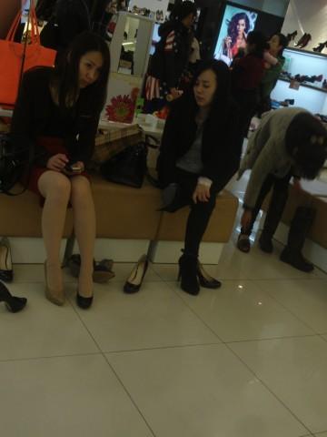 戴院街拍丝袜  鞋店时光01——(17P) 街拍第一站全网原创独发!