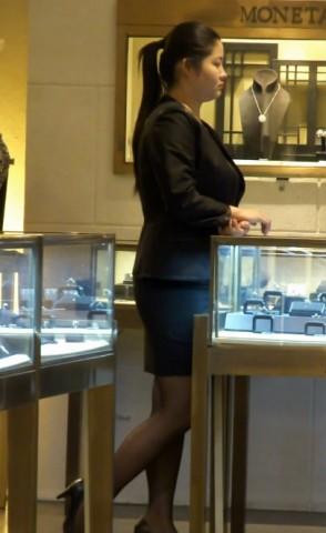 丝 袜 视频  珠宝店里的 黑 丝 美腿售货员 街拍第一站全网原创独发!
