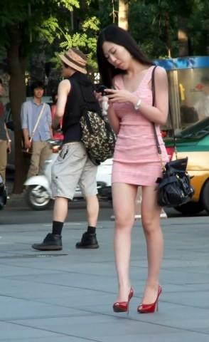 高 跟 视频  粉红连衣裙 美 女 的 红高跟 街拍第一站全网原创独发!