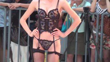 展 会 视频  超级 的丁字裤内衣模特 街拍第一站全网原创独发!