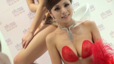 展 会 视频  红色无肩带内衣,巨乳 美 女 模特展示 街拍第一站全网原创独发!