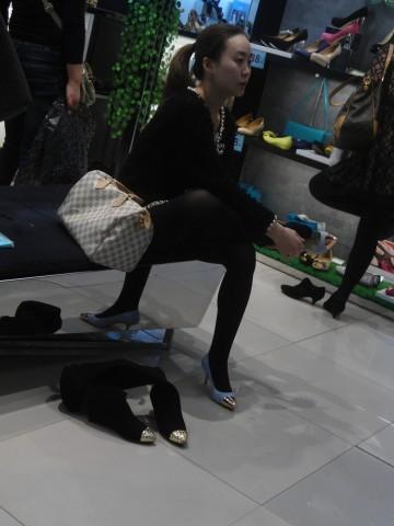 戴院街拍丝袜  鞋店时光08——12P 街拍第一站全网原创独发!