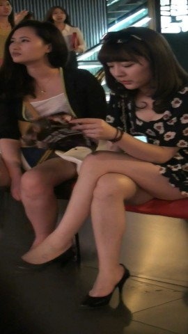 高跟视频  挑高跟的白腿气质美女两个 街拍第一站全网原创独发!