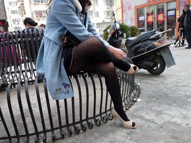 流浪联盟街拍  {艾德-Nokia-808}-{2013--030}--浅蓝风衣厚黑丝棕白鱼嘴高跟女--{20P} 街拍第一站全网原创独发!