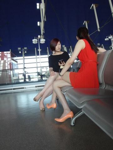 [权限要求: 月份VIP以上]  参赛+长安一二+第1帖+浦东机场拍摄两个美女(上)20P 街拍第一站全网原创独发!