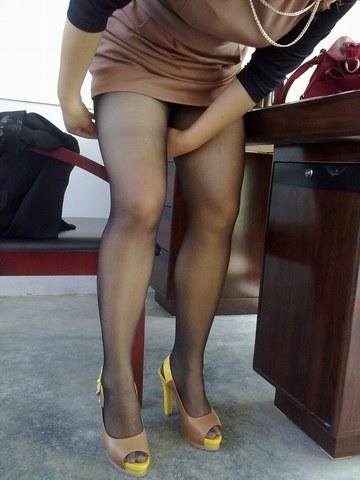[权限要求: 月份VIP以上]  助兴+高跟诱惑+整理丝袜的黑丝美腿超高跟11P 街拍第一站全网原创独发!