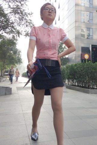 [权限要求: 月份VIP及以上]  Lino:现在的裙子都开前面了(18P) 街拍第一站全网原创独发!