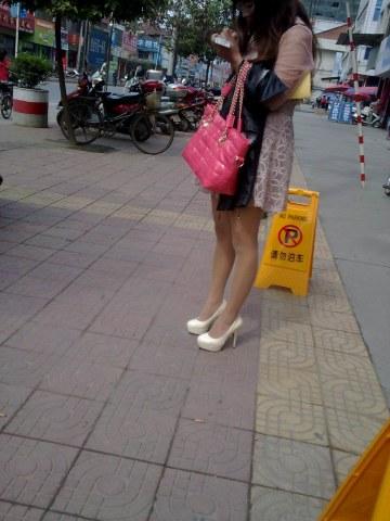 [权限要求: 月份VIP及以上]  助兴+高跟诱惑+等车的 肉 丝 美腿白高跟 美 女 12P 街拍第一站全网原创独发!