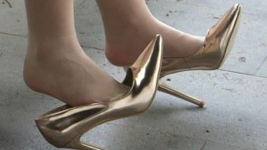 丝 袜 挑 鞋 视频  cctvb炎热夏季重磅出击:香槟色尖细高跟、模特MM大幅度玩鞋、挑鞋!尽显眼底! 街拍第一站全网原创独发!
