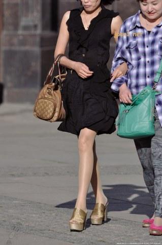 金色编制防水台粗高跟凉拖、无袖黑裙、薄 肉 丝 -13张 - 街拍图片发布- 街拍第一站
