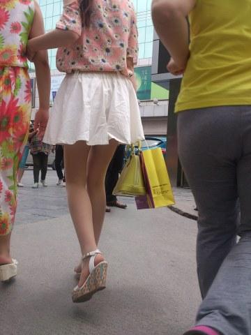 [权限要求: 三年期VIP以上]  参赛+柳依依+第86帖+肉丝美腿白短裙MM(12P) 街拍第一站全网原创独发!