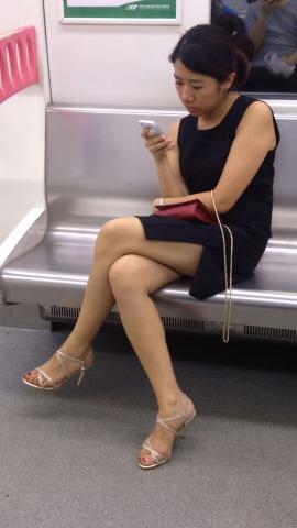 俊风街拍视频  轻轨上黑色分叉裙凉高美腿少妇 街拍第一站全网原创独发!