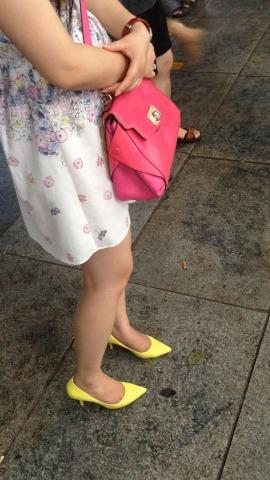 俊风街拍视频  白色花裙黄色尖嘴高跟美腿 街拍第一站全网原创独发!