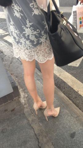 俊风街拍视频  白色纱裙模特身材米色尖嘴高跟美腿与黑色包臂裙 街拍第一站全网原创独发!