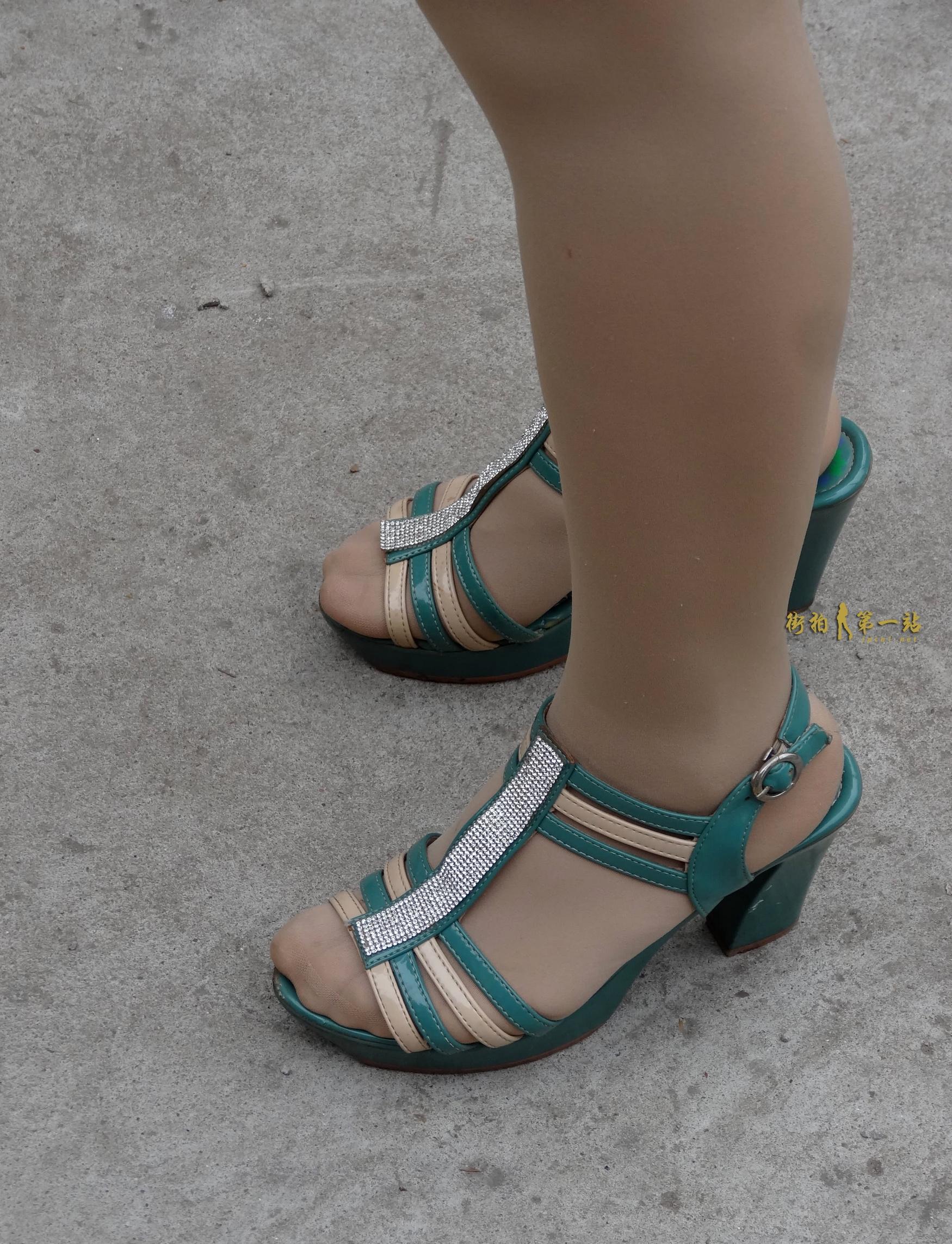 街拍丝足,街拍肉丝 金坚作品--凉鞋 肉丝足15P 最新街拍丝袜图片 街拍丝袜第一站