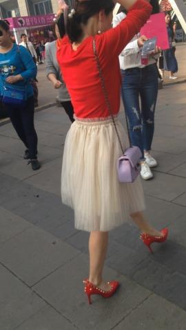 俊风街拍视频  白纱裙红高跟街拍美女 街拍第一站全网原创独发!