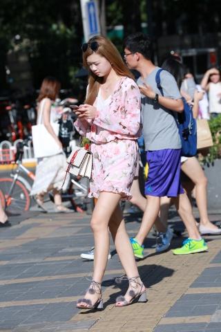 街拍热裤套装美腿姑娘