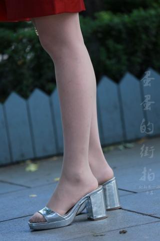 [权限要求:一年期VIP以上]  空姐的街拍丝袜美腿特写篇,为了防止糊片拍了好遍 街拍第一站全网原创独发!