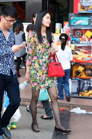 从美少妇穿的超薄街拍黑丝可以看出她是个很注重品质的女人