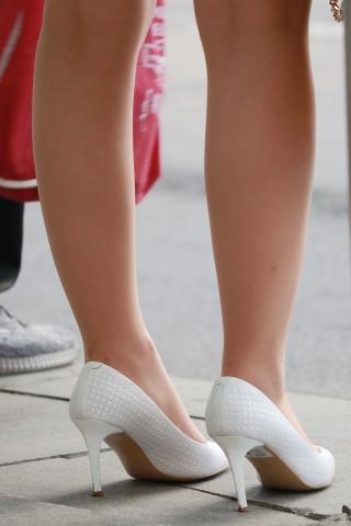 肉色街拍丝袜白色高跟鞋