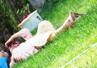 【jim2】草地上休息的肉丝街拍美女(21p)