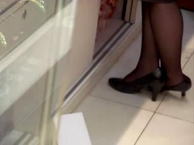 applejuice视频  街拍商场街拍黑丝营业员站立玩鞋(640X480) 街拍第一站全网原创独发!