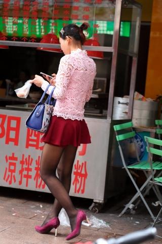 薄街拍黑丝少妇打扮得真有女人味【15P】
