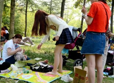 [权限要求:一年期VIP以上]  【jim2】草地上的短裙肉丝街拍美女(21p) 街拍第一站全网原创独发!