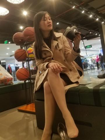[权限要求:一年期VIP以上]  长发美女银色街拍高跟超薄丝袜试衣换鞋诱惑跟拍(16P) 街拍第一站全网原创独发!