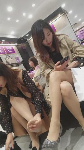 [权限要求:一年期VIP以上]  长发气质肉丝街拍高跟美女少妇陪朋友试鞋专注手机(10P) 街拍第一站全网原创独发!