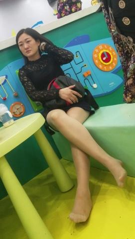 [权限要求:一年期VIP以上]  游乐园黑色丝蕾连衣裙美女少妇秀腿街拍超薄肉丝(10P) 街拍第一站全网原创独发!