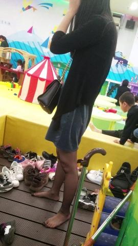 [权限要求:一年期VIP以上]  游乐园短裙长腿超薄黑丝美女少妇抓拍(10P) 街拍第一站全网原创独发!
