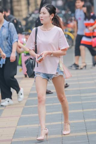 热裤美腿街拍高跟大长腿姑娘,霸气侧漏,回复才有精彩