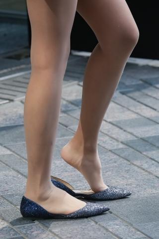 [权限要求:两年期VIP及以上]  包TUN 裙 长腿 肉 丝 姑娘踮起了 丝 袜 脚跟。一瞬间的惊艳 街拍第一站全网原创独发!