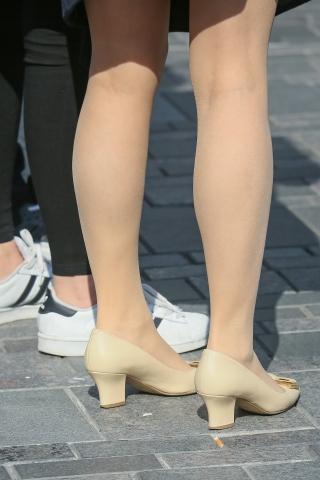 肉丝街拍高跟办公室套裙美女走着走着就停下来了,敢接来一些特写
