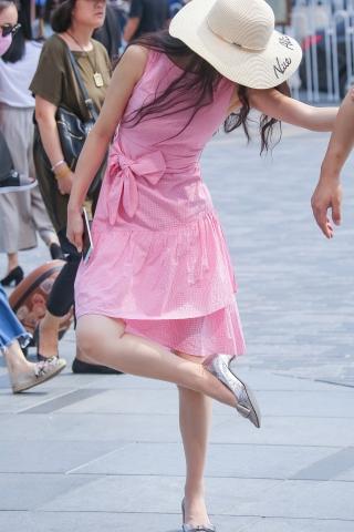 粉裙肉丝街拍高跟妹子的鞋子怎么了?