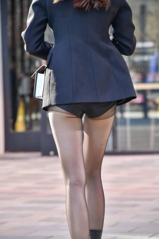 热裤超长腿街拍黑丝美女大风中前行