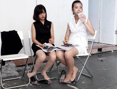 【jim2】黑白裙2位肉丝长腿的街拍美女(16p)