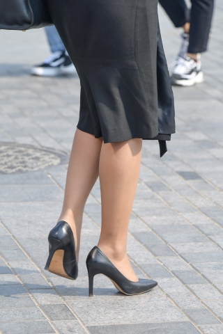 黑色街拍高跟鞋超细密肉丝一步裙姑娘