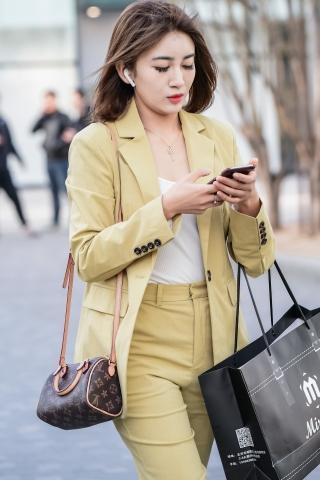 一袭嫩绿色的套装高跟瞬间让所有逛街的懒街拍女人失色和羞愧
