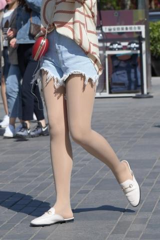 乞丐裤街拍肉丝袜青春姑娘的周末之旅,这热裤够短啊