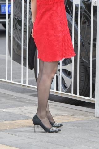 幸福的女人穿着红裙街拍黑丝高跟,老公开着路虎来和她一起逛街购物
