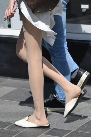 丝袜这样的热裤穿法确实看起来有亮点,肉丝袜街拍长腿哦