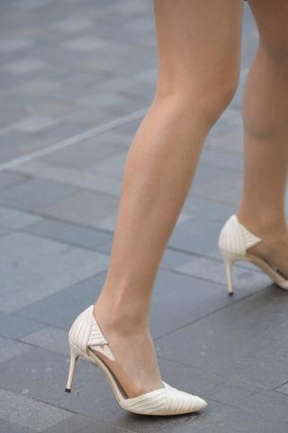 街拍热裤白色高跟鞋马尾长腿姑娘的肉丝袜和高跟搭配的很有魅力