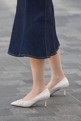 风韵肉丝袜白街拍高跟包腚牛仔裙