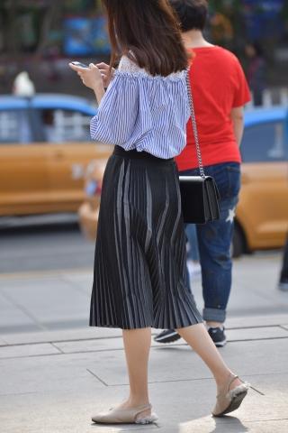 平底黑裙 街拍美女图片发布 街拍丝袜第一站