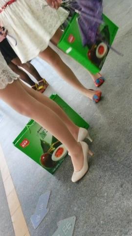 皇家警卫旗视频  候车的街拍肉丝袜白色高跟鞋女子(分52秒,230.14MB,1080P,SAMSUNG GT-I9308) 街拍第一站全网原创独发!