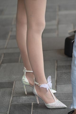 [权限要求:两年期VIP及以上]  超薄肉  丝 袜 精致高跟亮片连衣裙 美 女 ,这个长腿谁都喜欢 街拍第一站全网原创独发!